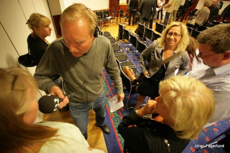 Mediauppståndelsen var stor. Här intervjuas Marie Lindén (V) av radion.