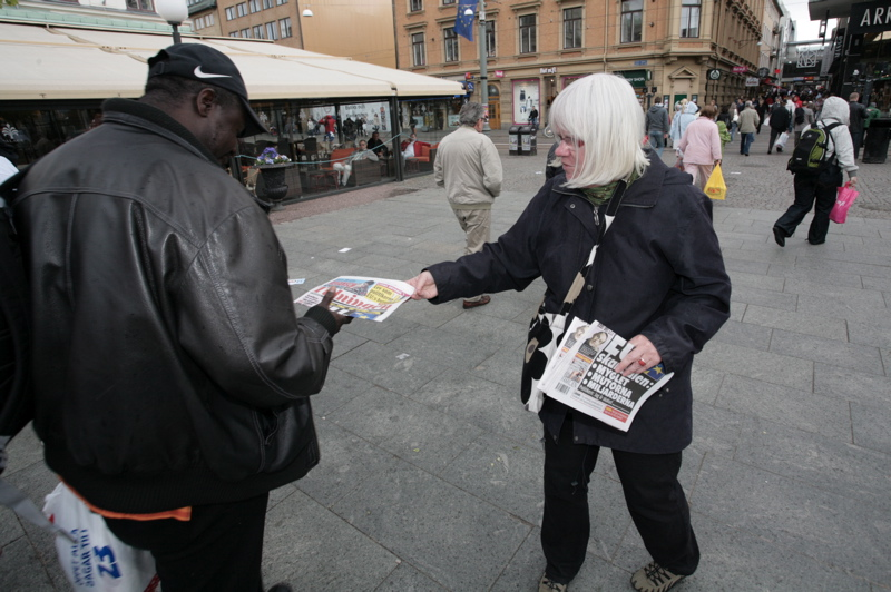 Eva Olofsson, riksdagsledamot, delar valtidningen.