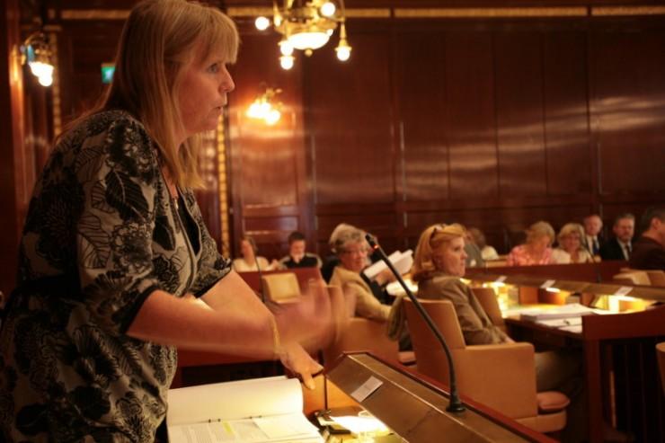 Marie Lindén (V) välfärdens och valfrihetens försvarare i Göteborgs kommunfullmäktige.