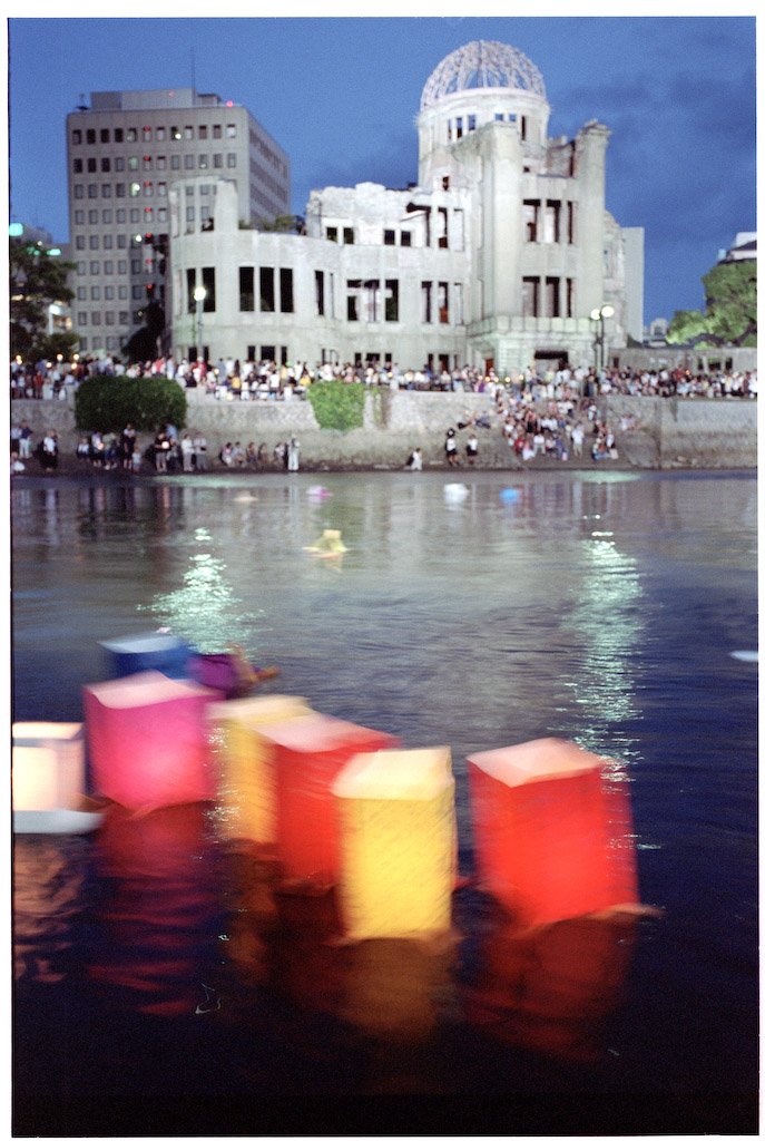 Lanternor för fred i Hiroshima på 60-årsdagen av atombomben 6 augusti 1995.