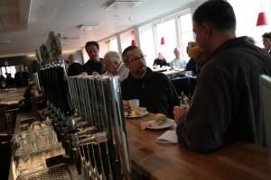 Per-Ola och Janne i samtal över en kopp kaffe och ett glas juice.