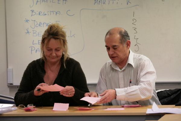 Rösträknarna Yvonne och Raul fick användning av sina flinka fingrar.