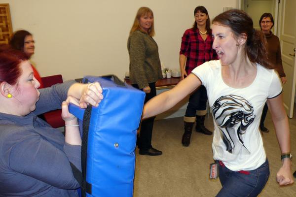 Marlene Svensson tränar slag tillsammans med instruktören Ana Rubin