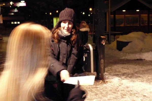 Marlene Svensson, tredjenamn på riksdagslistan, delar ut ett av de 500 flygblad som gick åt i Angered Centrum.