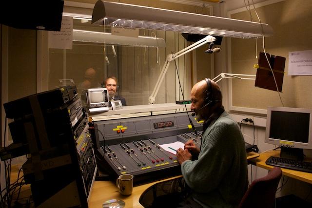 På plats i studion med Ferry bakom spakarna.