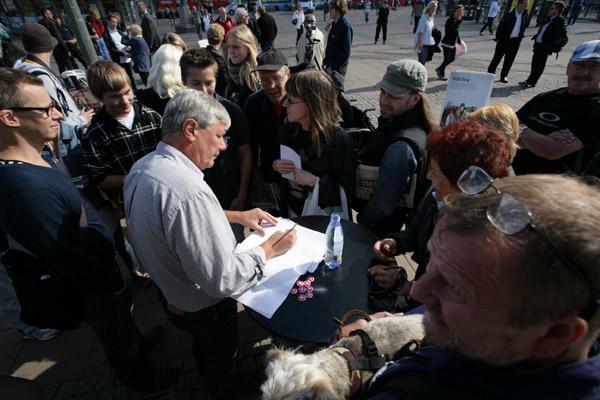 Lars Ohly skriver autografer i samband med besök i Göteborg den 2 september.