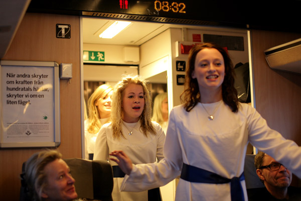 Göteborgs luciatrupp stod för bonusunderhållning ombord på X2000 denna lördagsmorgon.