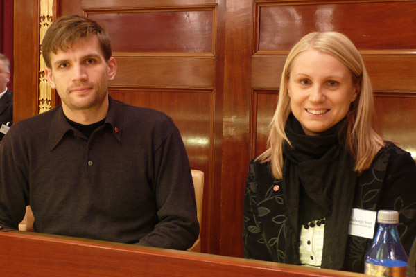 Aron Mathiasson (V) och Monika Djurner (V) i fulmäktigesalen.