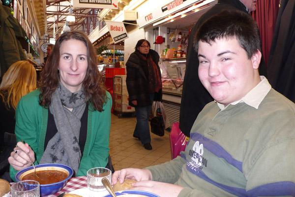 Marlene Svensson och Daniel Deak avnjuter en smarrig linssoppa med vitlök i Saluhallen.