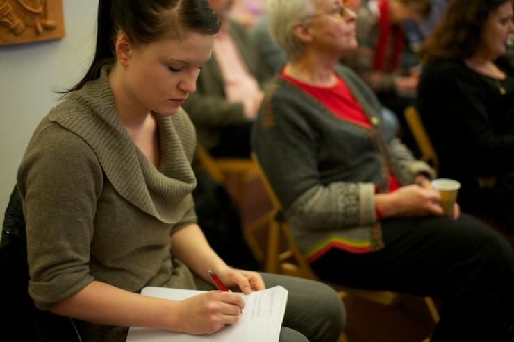 Clara Lindblom lägger en sista hand vid sitt föredrag i riksdagen.