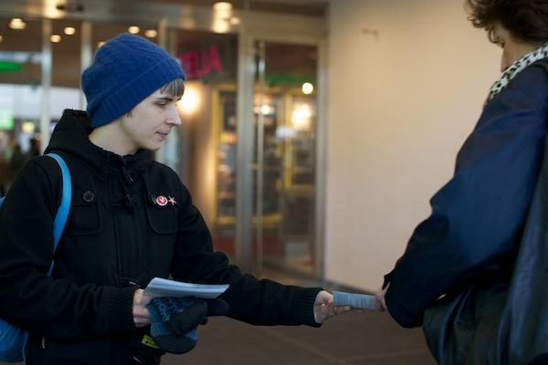 Lisa Ahlqvist från grundorganisationen Kortedala-Gamlestaden-Begsjön hjälpte till med flygbladsutdelningen i Frölunda.