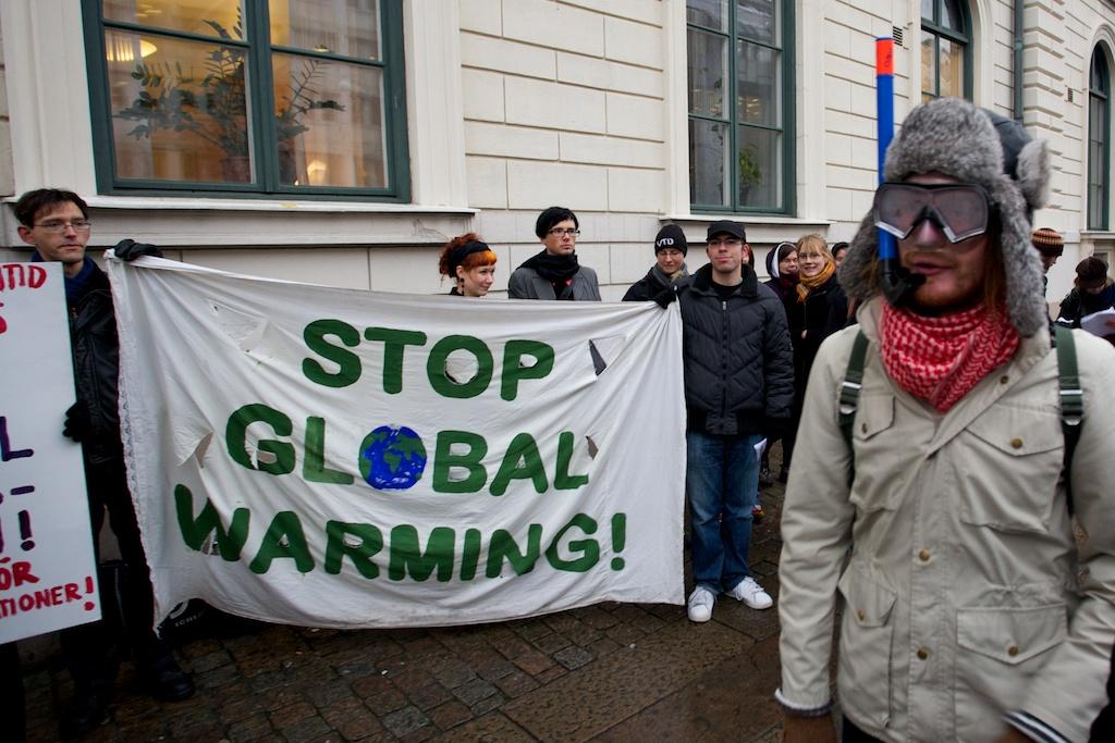 Miljörörelsen protesterar, utanför kommunfullmäktige, mot bygget av Marieholmstunneln i november 2009.
