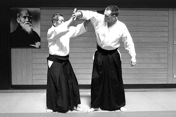 Min bortgångne aikidolärare Morihiro Saito och jag under fotograferingen till boken Budo i Iwama 1999. Fotograf: Stanley Pranin, Aiki News.