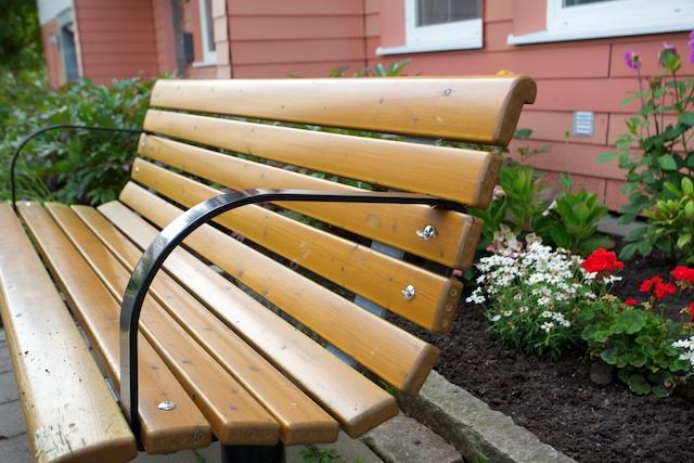 Med enkla medel som armstöd på bänkarna gör det lättare att resa sig upp.