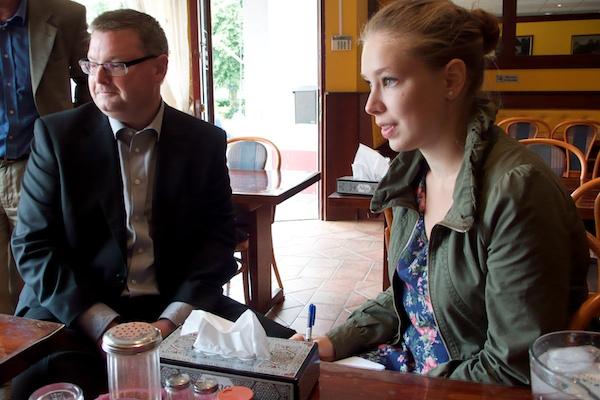 Jonas Ransgård (M) och GT-journalisten Adrianna Pavlica på restaurang Newroz