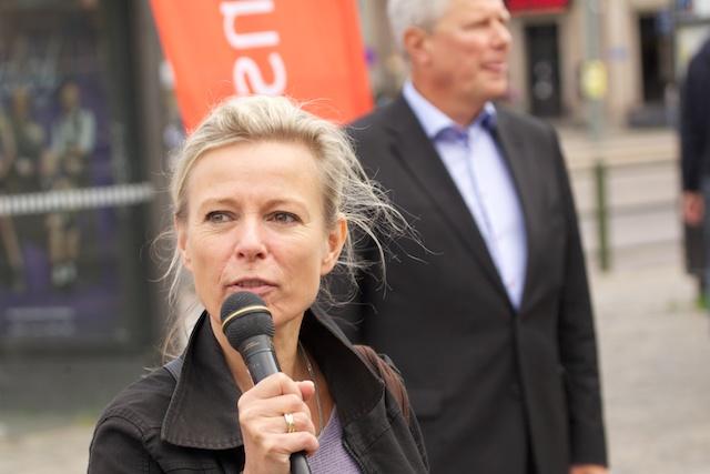 Grith Fjeldmose, vice distriktsordförande, var konferencier och skötte utfrågningen av Lasse.