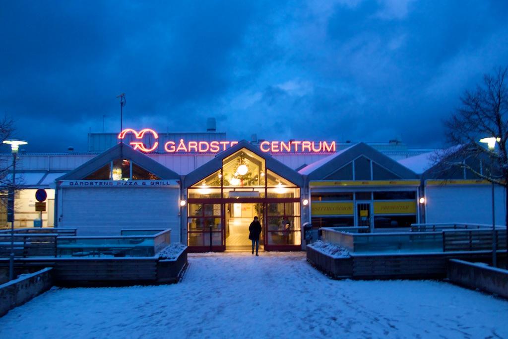 Vinterns första snö trillade över Gårdsten i natt.
