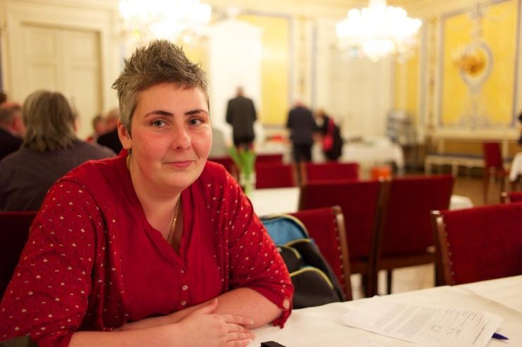 Anna Gül Ogbeide laddar i fikarummet inför kvällens debatt.