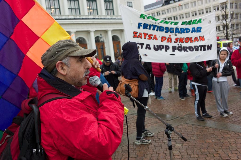 José Romero, ordförande för Vänsterpartiet Angered, som gick hela vägen från Hammarkullen till centrum. hälsade deltagarna välkomna.