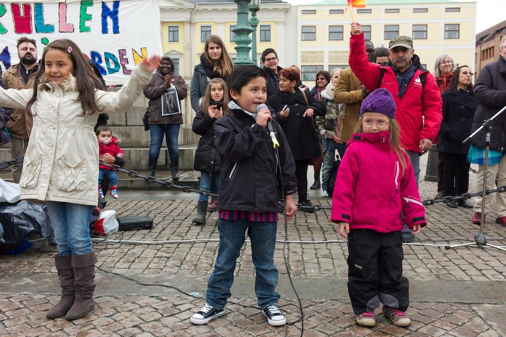 De yngsta artisterna på demonstrationerna inför kvällens kommunfullmäktige.