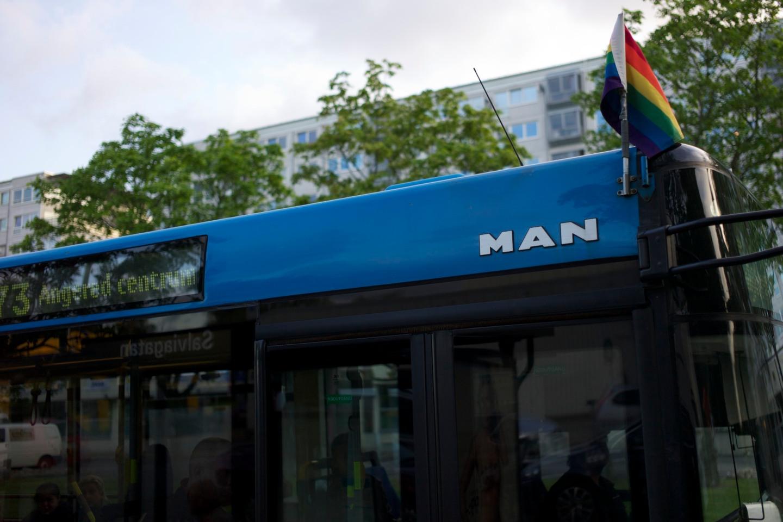 Bussen hem till Gårdsten var vackert flaggad. Mer öppenhet på alla områden vore bra.
