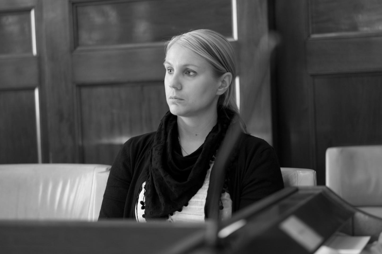 Monika Djurner (V) fokuserar inför debatten.