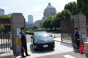 Det japanska parlamentet är välbevakat av vänliga men bestämda vakter.