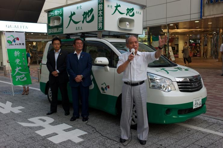 I september sprang jag i Tokyo på Muneo Suzuki [鈴木 宗男] mutdömd partiledare för det lilla partiet Shintō Daichi – Shinminshu [新党大地・真民主] som bildades 2001 av avhoppade parlamentarier från främst JDP. Suzuki lämnade LDP.
