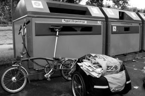Eftersom cykelstödet består i att delvis fälla ihop cykeln är det knepigt att göra det utan att ta av kärran.