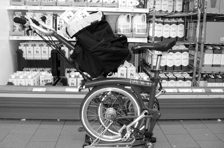 Fäller man ihop cykeln helt förutom styret blir den en perfekt kundvagn.