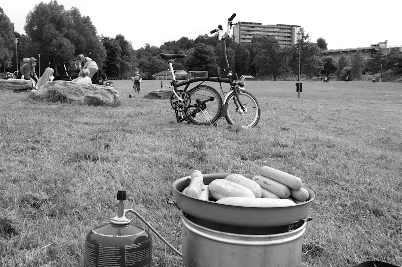 Fler hade picknick. Andra spelade fotboll. En vanlig dag i dalen.