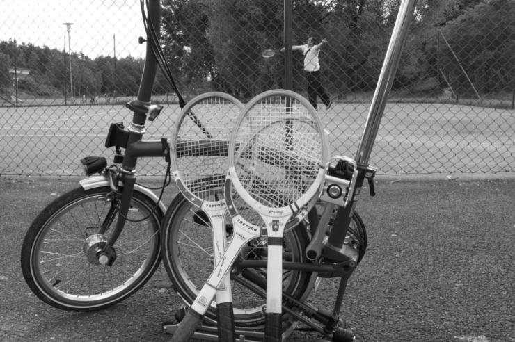 Tages elvaårsdag firades bland annat med lite tennis i dalen i Gårdsten.