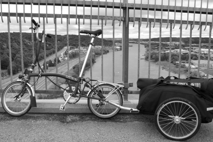 Angeredsbron. Blixtstativen fick åka utanpå cykelkärran då de är lite för långa.
