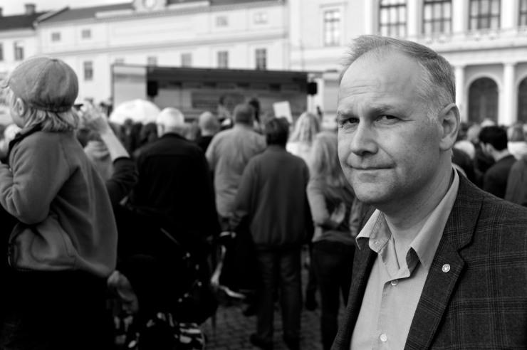 Jonas Sjöstedt på plats för att lyssna.