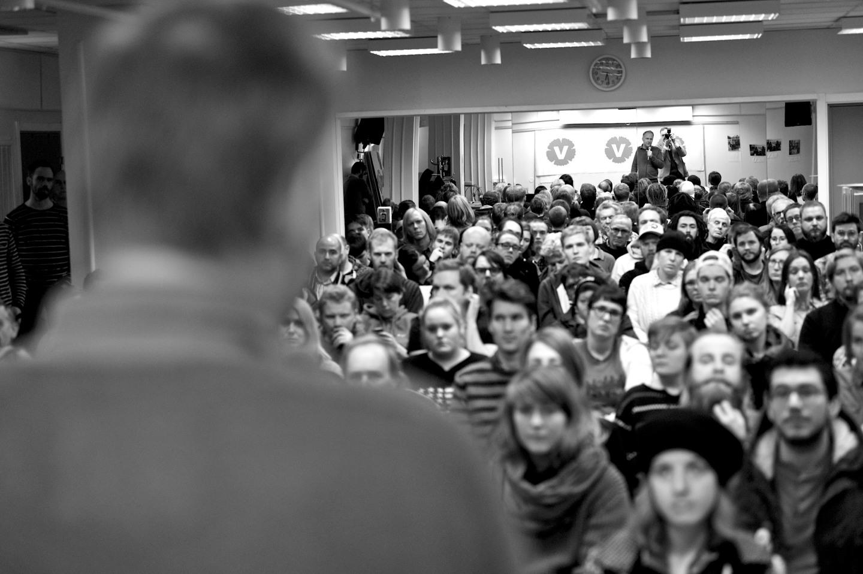 Självporträtt som de skall vara. Strax bakom partiledaren, framför ett hav av sympatisörer.