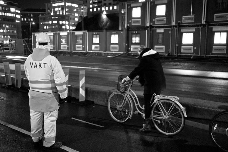 Pä cykelturen från miljöförvaltningen i Majorna till partimötet i Hammarkullen var första gången jag sett trafikreglering av vakter med liten flagga på cykelbanan.