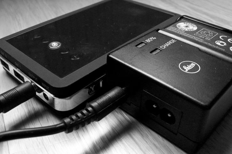 Batteripaketet går att plugga rätt in i kompaktladdaren (modell nr. 14470) till Leica M9 via 12V-uttaget. Nätt och behändigt. Ev kan jag skaffa en kabel på bara en decimeter för att spara ytterligare några gram.