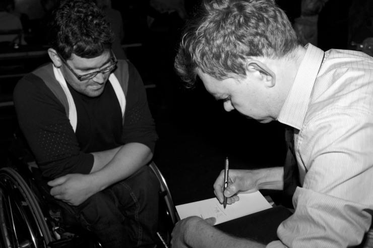 Aron signerade många böcker men jag blev utan.
