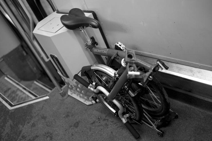Vanligtvis brukar jag ställa cykeln på andra sidan för att inte ta upp plats för barnvagnar men här var det enklare att ta en bra bild.