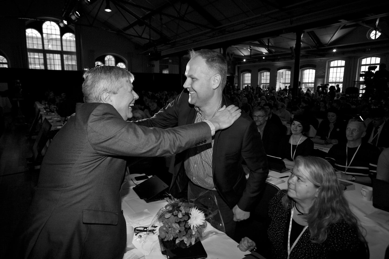 Företrädaren Lars Ohly gratulerade Jonas Sjöstedt med ett stort leende på läpparna direkt efter valet.