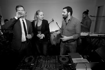 Aron Etzler, Ida Gabrielsson och Ali Esbati inledde i DJ-båset...