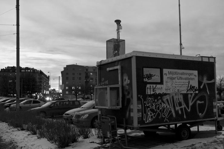 Luftövervakningsanläggning i skymningsljus och snö.