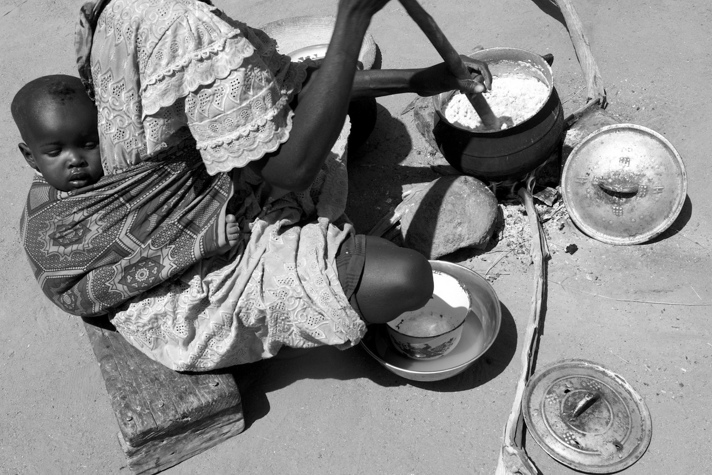 Adjitti Mahamat ,40, lagar dagens enda mål mat till tio personer, Chad 2012. Foto: Andy Hall/Oxfam