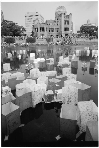 Ljuslyktor sätts i floden för att hedra atombombens offer.