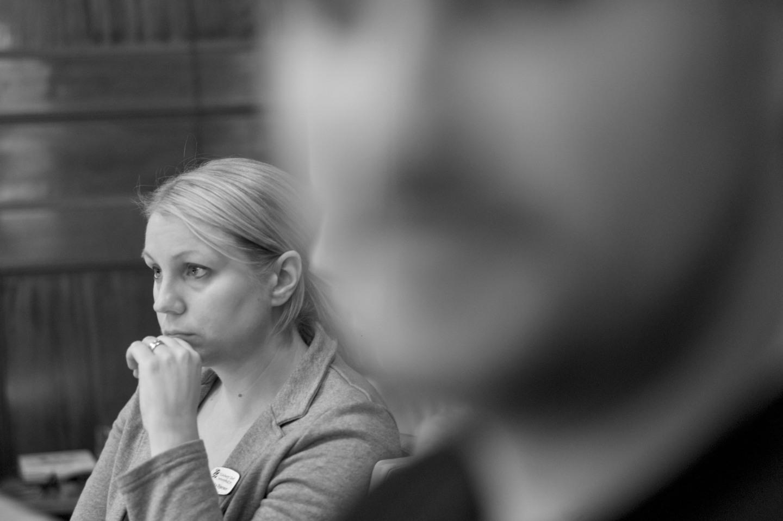 Monika Djurner (V) lyssnar bekymrat på osammanhängande borgerlig argumentation. I förgrunden Christian Larsson (V) och en liten skymt av Daniel Bernmar (V).