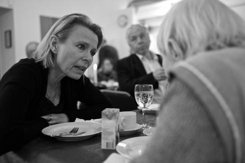 Grith Fjeldmose lyssnar till Greta Segersson. I bakgrunden Johan Lönnroth.