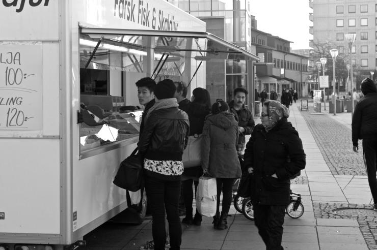 Fiskbilen gör sitt till att det är livligt i Hjällbo på torsdagar.
