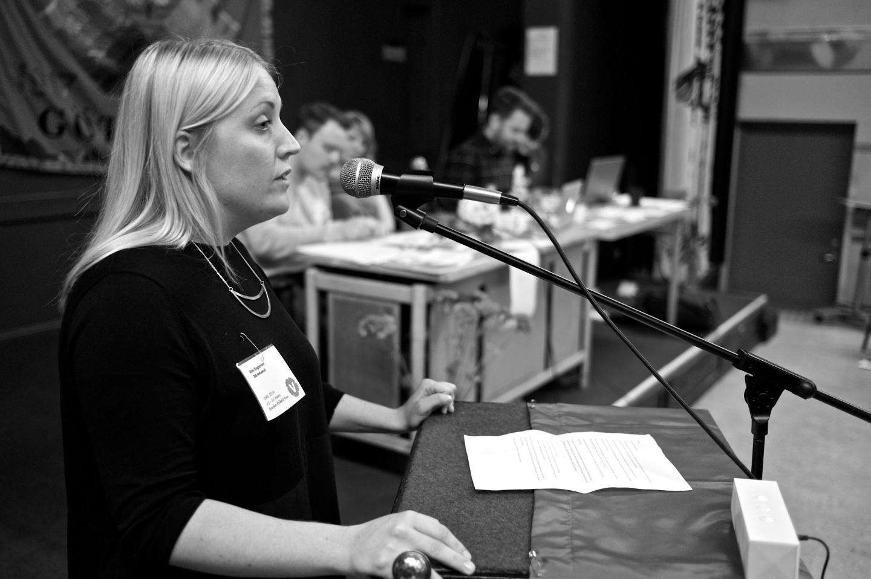 Elin Engström håller tacktal efter valet.