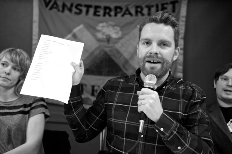 Hans Linde förklarar hur röstning med valsedlar går till.