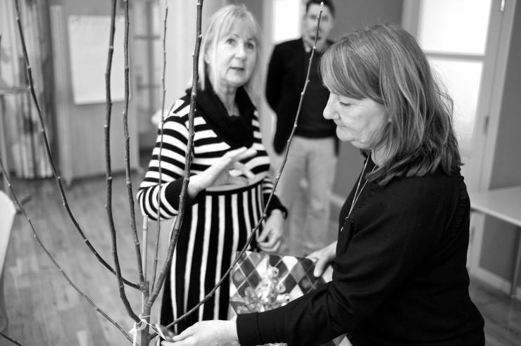 Miljö- och klimatnämndens ordförande Kia Andreasson (MP) överlämnar ett äppelträd av sorten Alice till Christina Börjesson som nu slutar som direktör för miljöförvaltningen. I bakgrunden David Andersson (M).